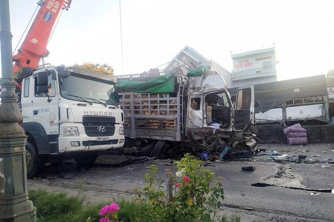 Xe tải đâm vào nhiều phương tiện đang chờ đèn đỏ