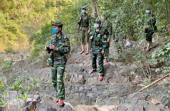 Cách ly 11 người tham dự lễ bốc mả ở Lào