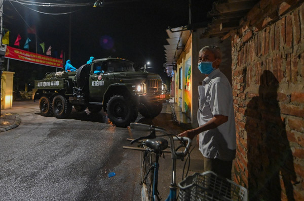 Phong tỏa 4 thôn ở Hà Nội lúc nửa đêm