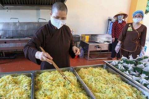 Phật tử nấu cơm tặng người cách ly ở Bệnh viện K