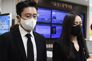 Son Ye Jin, Lee Byung Hun viếng Lee Chun Yeon