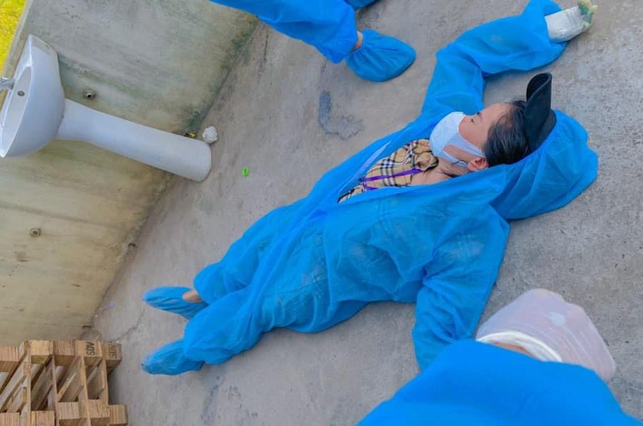 Nữ tình nguyện viên Bắc Giang ngất xỉu vì liên tục bốc dỡ hàng tiếp tế