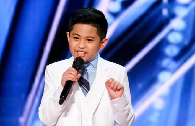 Cậu bé 10 tuổi được khen có giọng hát diva