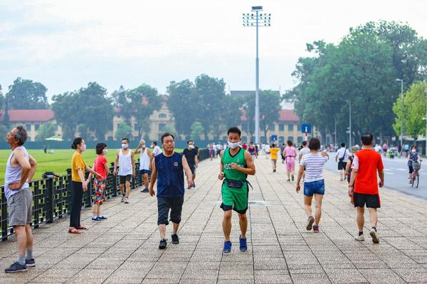 Quảng trường, công viên ở Hà Nội nhộn nhịp khi được nới giãn cách