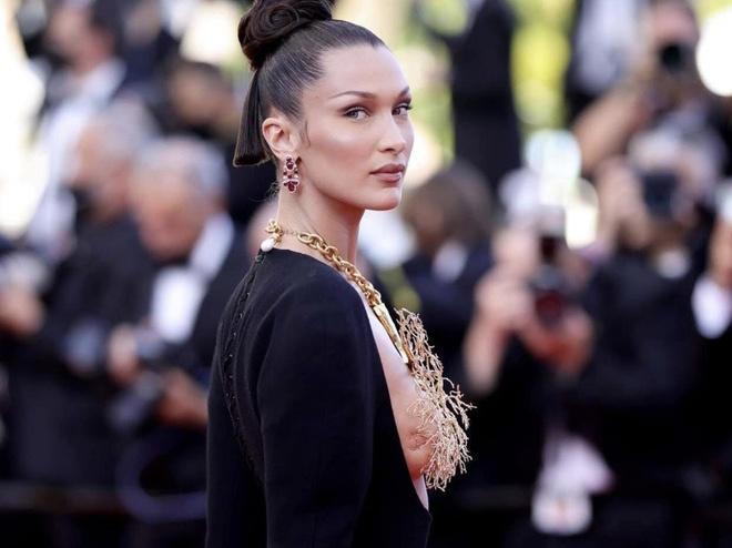 Bella Hadid che ngực bằng trang sức vàng trên thảm đỏ LHP Cannes