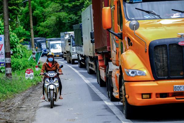 Hàng nghìn xe tải ùn ứ ở cửa ngõ Lâm Đồng