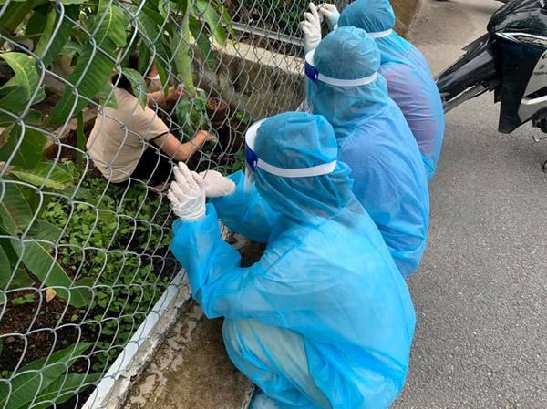 Tình nguyện viên ở TP.HCM được người dân tặng rau khi đi chống dịch