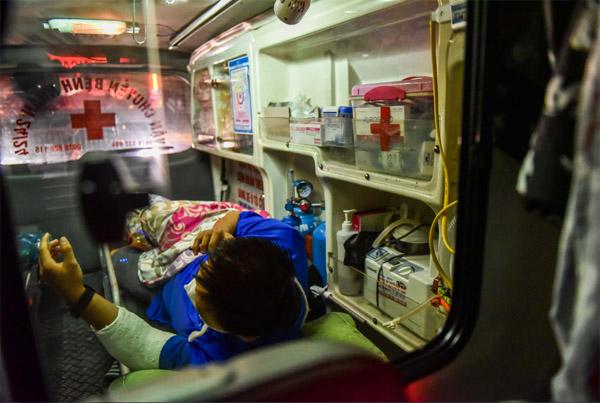 Bệnh nhân cấp cứu phải chờ 3 giờ để qua chốt vào Hà Nội