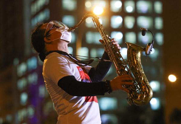 Nghệ sĩ Trần Mạnh Tuấn thổi saxophone trước 10.000 bệnh nhân Covid-19