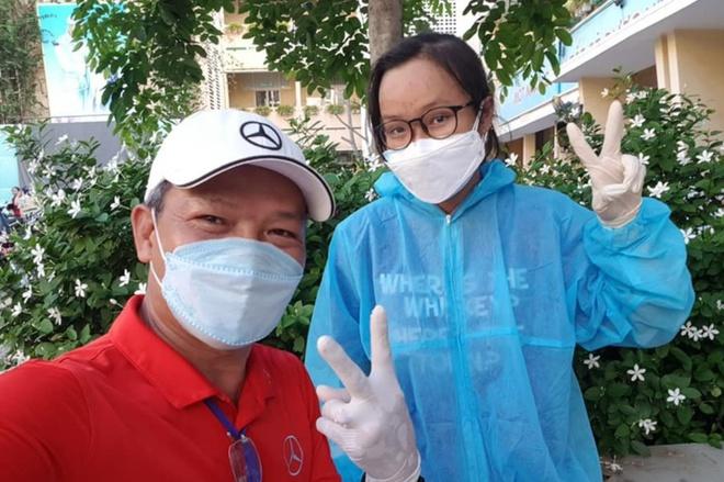 Thi xong học bổng đại học, nữ sinh TP.HCM cùng bố đi chống dịch