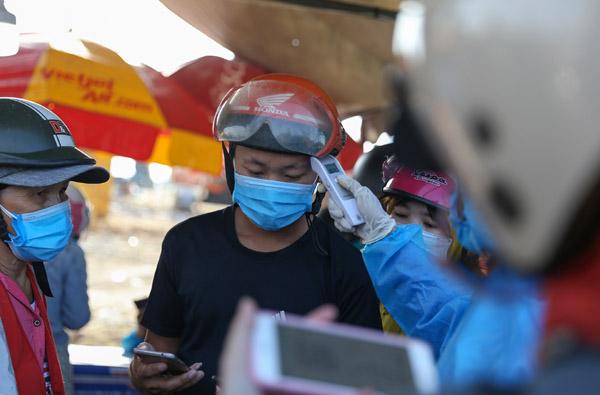 Từng đoàn người chạy xe máy hơn 1.000 km từ TP.HCM về quê tránh dịch