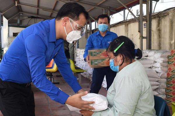 Bữa ăn gửi tặng người khó khăn ở Hà Nội những ngày giãn cách