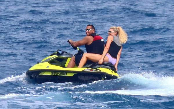 Tình cũ lái môtô nước đến gần du thuyền của Jennifer Lopez