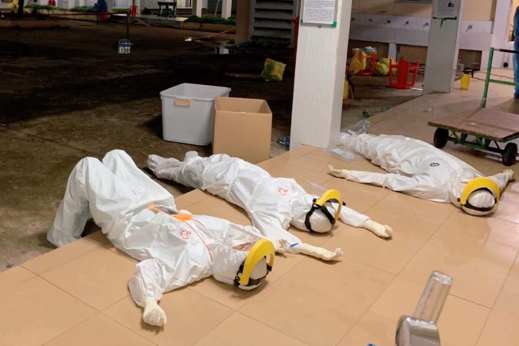 Phút nghỉ ngơi lúc 3h sáng của tình nguyện viên ở TP.HCM