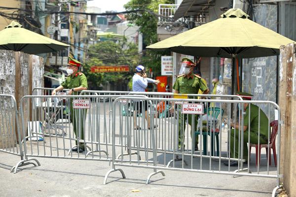 Thành viên tổ trực chốt kiểm soát ở quận Hoàn Kiếm mắc Covid-19
