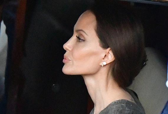 Hình ảnh Angelina Jolie khi không đeo khẩu trang