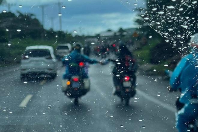 Xúc động hình ảnh CSGT tặng áo mưa tận tay người về quê tránh dịch