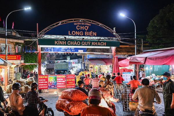 Hà Nội phong tỏa một phần chợ Long Biên