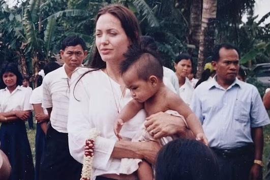 Đằng sau việc Angelina Jolie nhận nuôi Maddox