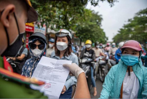 Ùn ứ xe cộ, chốt kiểm soát dịch ở Hà Nội 'xả trạm'