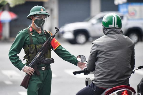 Bộ đội gác chốt tại các giao lộ ở TP.HCM