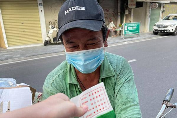 Cô gái Hà Nội giúp người khó khăn ngày dịch nhờ chiếc ban công