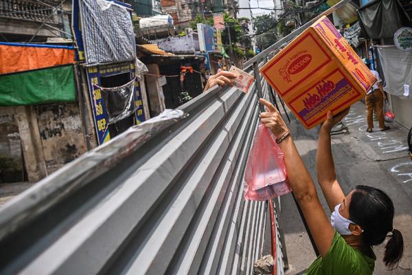 Mua bán, trao đổi hàng qua tấm tôn dài 200 m ở Hà Nội