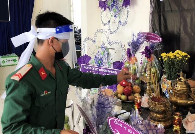 Lập bàn thờ vọng cho chiến sĩ làm nhiệm vụ ở TP.HCM chịu tang mẹ