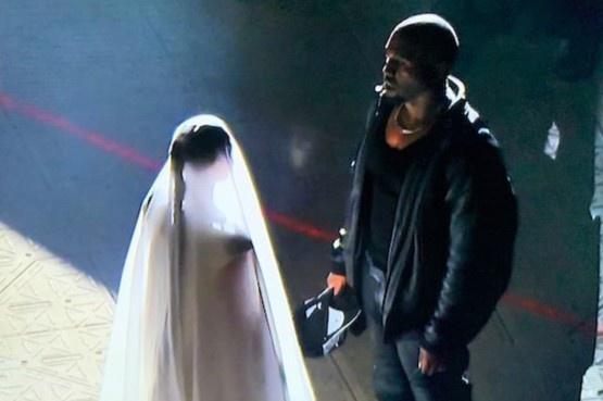 Kim Kardashian mặc váy cưới dự show của Kanye West