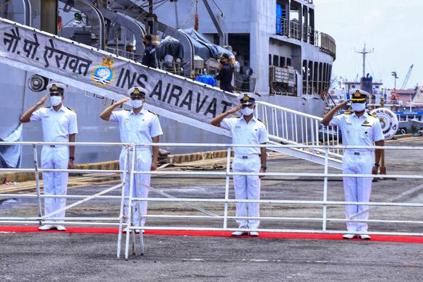 Tàu chiến Ấn Độ vận chuyển 100 tấn oxy đến TP.HCM