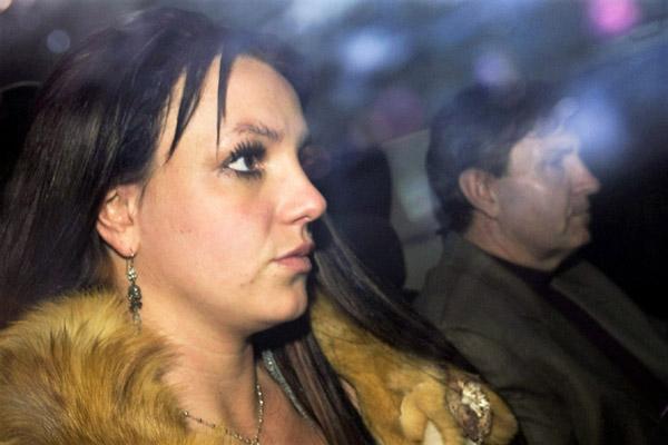 Britney Spears bị cha đòi hai triệu USD