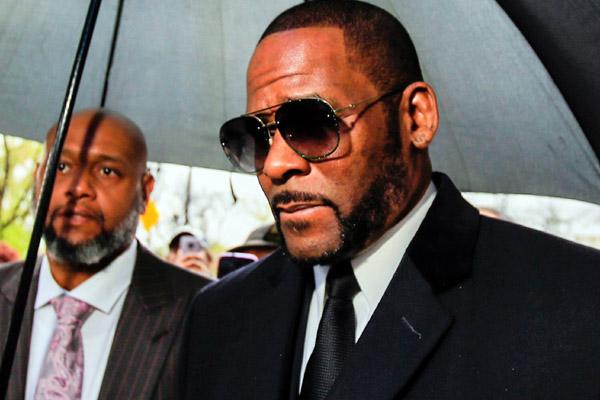 Ca sĩ R. Kelly bị tố từng lạm dụng tình dục đồng giới