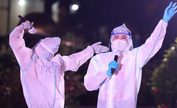 Tóc Tiên hát trước 10.000 bệnh nhân Covid-19