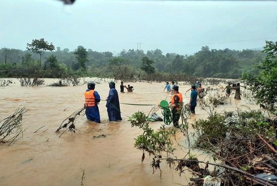 Bộ đội vượt sông để đưa 5 người dân về nhà