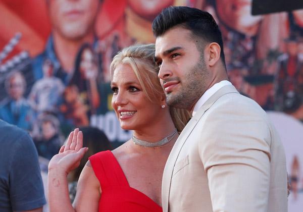 Britney Spears và bạn trai kém 13 tuổi đính hôn
