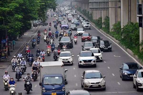 Sáng đầu tuần, đường Hà Nội lại đông đúc xe cộ