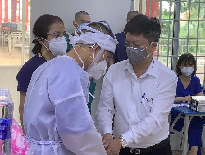 Thầy giáo lập bàn thờ vọng mẹ trong bệnh viện dã chiến ở TP.HCM