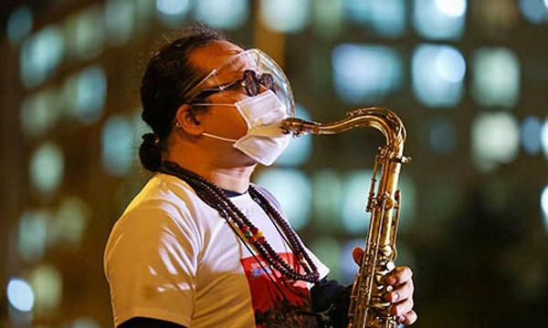 Trần Mạnh Tuấn tham gia đêm nhạc trực tuyến sau khi xuất viện