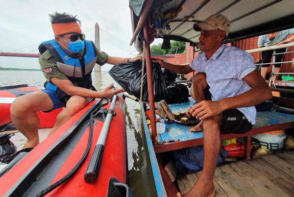 Chạy xuồng dọc 40 km sông Hồng phát túi an sinh