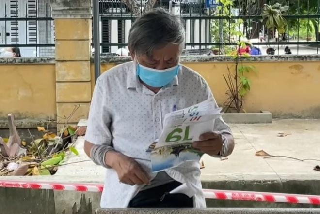 Cụ ông làm bài thơ dài 3 trang giấy tặng tình nguyện viên chống dịch