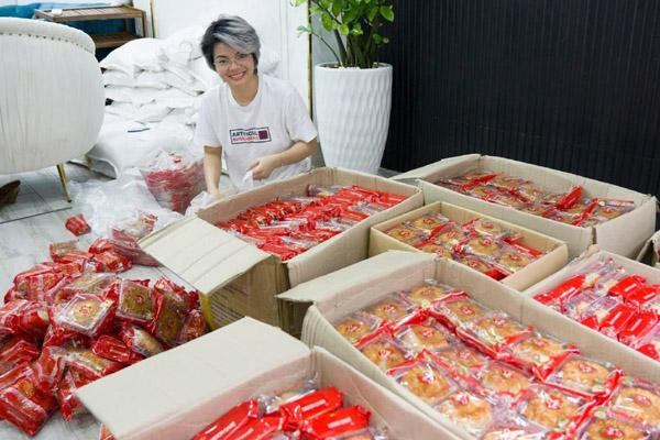Người phụ nữ ở TP.HCM tặng 2.000 bánh Trung thu cho trẻ em khó khăn