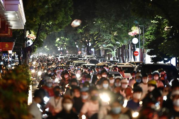 Người Hà Nội đổ ra đường đón Trung thu ngày đầu nới giãn cách
