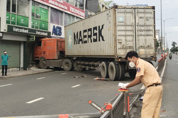 Xe container tông vào chi nhánh ngân hàng ở TP.HCM