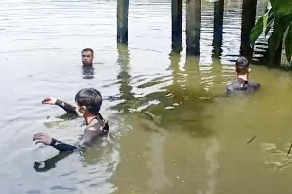 Cảnh sát ở TP.HCM mất nhiều giờ lặn tìm 2 người nhảy xuống ao