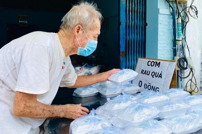 Đôi vợ chồng 70 tuổi hàng ngày nấu cơm chay, tặng người nghèo ở TP.HCM