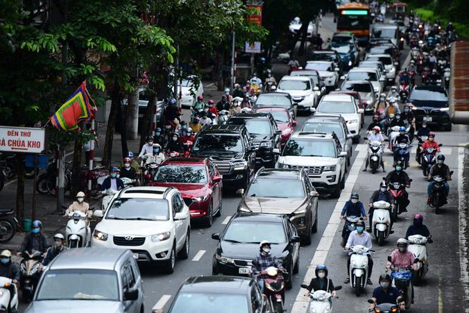 Phố phường Hà Nội ùn tắc ngày đầu xe buýt, taxi hoạt động trở lại