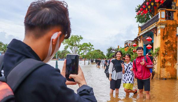 Nhiều người đi chụp hình khi phố cổ Hội An ngập gần 1 m