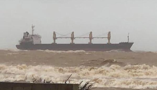 Tàu hàng cùng 20 thuyền viên mắc cạn ở vùng biển Quảng Trị