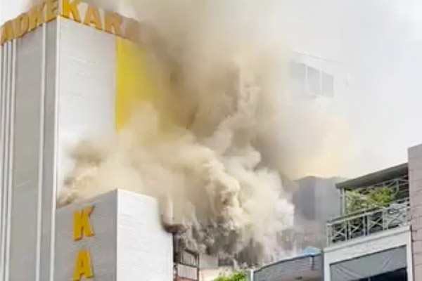 Cháy quán karaoke ở TP.HCM, cảnh sát điều xe thang dập lửa