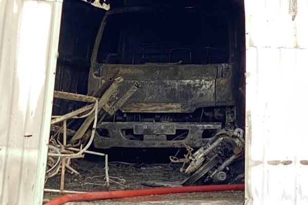 Cháy nhà xưởng chứa hải sản ở TP.HCM, 2 xe tải bị thiêu rụi